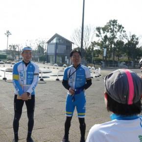 スタート前のミーティングを行う韓代表理事と瀬戸理事。