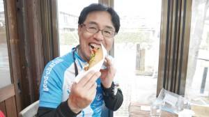 ホットドッグを楽しむ瀬戸理事。