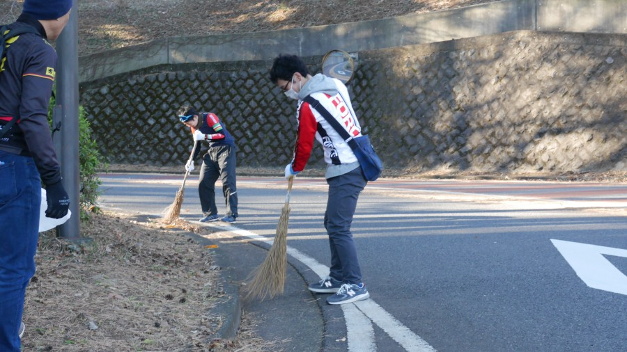 皆さん、清掃に集中しています。
