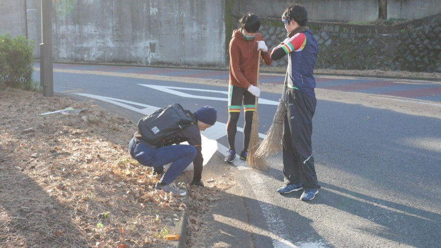 集まった落ち葉を袋に詰めるのは、中田社長。服が汚れるのも厭わず、献身的に働きます。