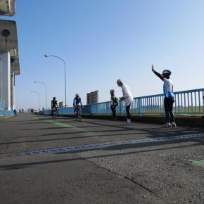 岩淵水門(青門)上で行き交うサイクリストに声を掛けます。