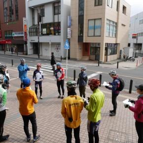 スタート地点となった逗子市役所前にて、ブリーフィングを行う。