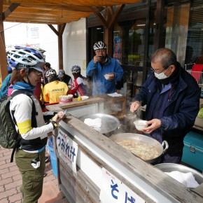 長井漁港にて。絶品のつみれ汁で休憩する。
