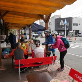 長井水産に立ち寄られたサイクリストにマナーアップチラシを配布。