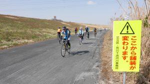 「高速で走行する自転車に減速を促すため」2018年2月23日に施工された土系舗装箇所を走行するメンバー