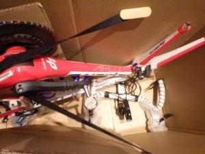 このベルトが、自転車を箱内で固定する。
