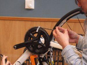 伊美さんは、再利用可能なタイラップを活用することで輪行時のリスクを減らしている。これは、チェーン落ちをタイラップで防いでいる様子。